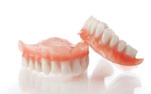 Porter une prothèse dentaire