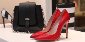 photo-de-pres-d-un-sac-avec-des-chaussures