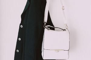 sac a main blanc accroché a un mur